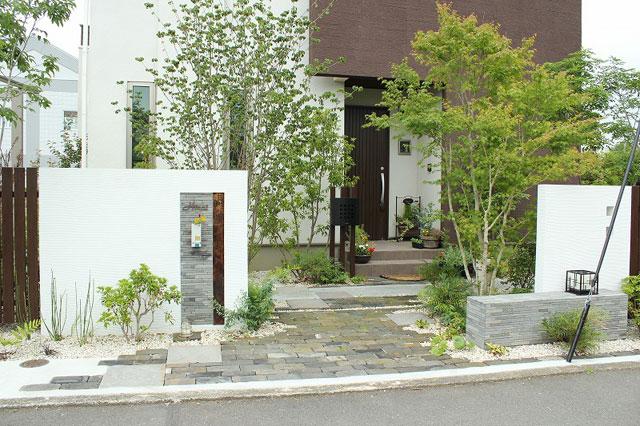 セキスイハイムの外構、門扉や植栽