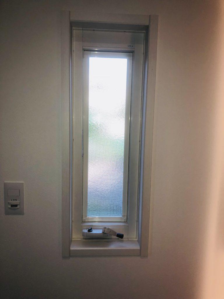 玄関に窓は必要か、そのメリットとデメリットを紹介