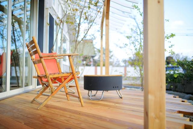 ウッドデッキの魅力とセキスイハイムで設置するメリットと価格・樹脂と自然木を紹介