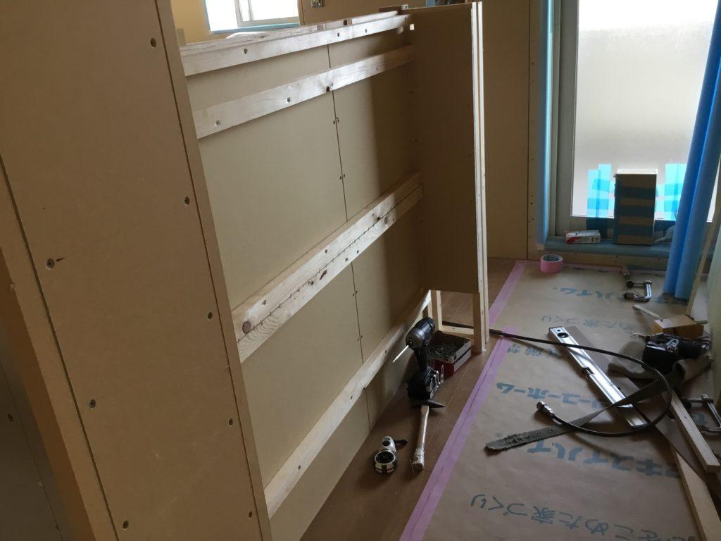 階段の壁を利用したニッチ本棚