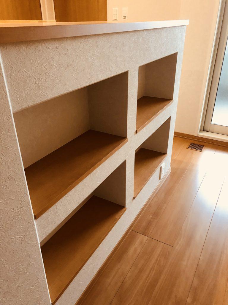 階段壁にニッチを採用、ニッチ本棚
