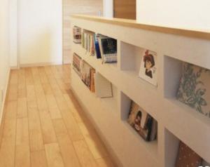 階段壁を利用した本棚