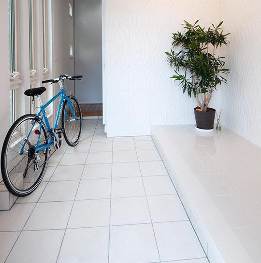 セキスイハイムの玄関タイルの選び方、濃い色と白色のメリットとデメリット